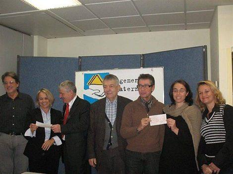 Trois associations ont reçu des chèques de Logement fraternité. Au centre : Jean Delavaud, le président du groupement.